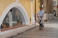 Un vélo électrique pliant en ville